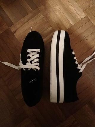 Zapatillas berska casi nuevas negras blancas