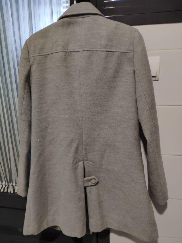 abrigo de paño tres cuartos gris.