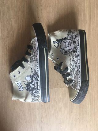 Zapatillas tipo Converse con dibujos de segunda mano por 8