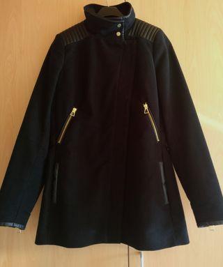 Abrigo negro ZARA (Talla M).
