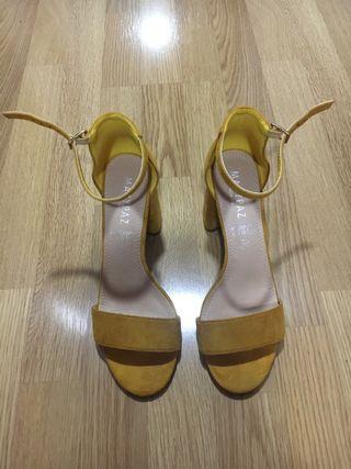 Sandalias amarillas de tacón ancho