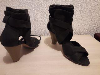 Sandalia negra tacon alto