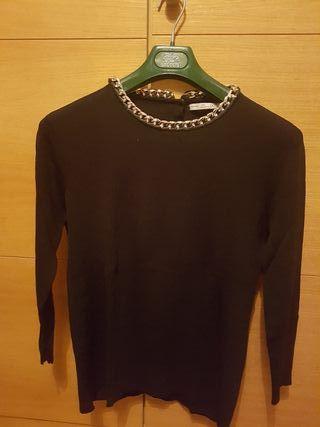 Jersey negro cuello cadena dorada