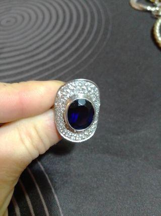anillo de plata con zafiro negro y brillantes
