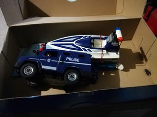 Coche policía con lancha