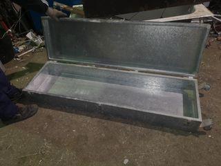 Cajón metálico transportar objetos en los vehículo