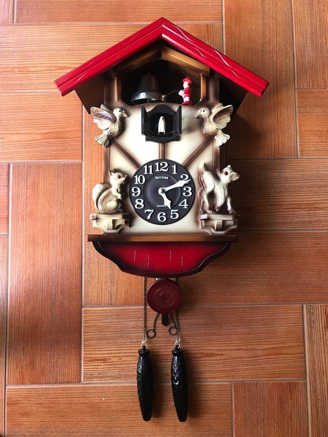 Reloj de pared cuco Rhythm.