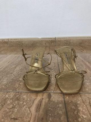 Sandalias doradas a estrenar