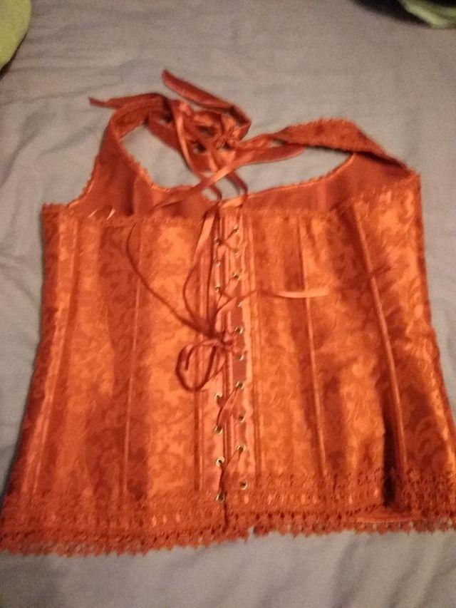 corset rojo atado al cuello