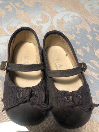 Dos zapatos de niñas. Merceditas