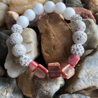 Bracelet en quartz, nacre et lave volcanique