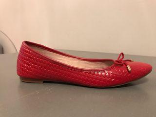 Bailarinas de piel roja de talla 40 de Cortefiel