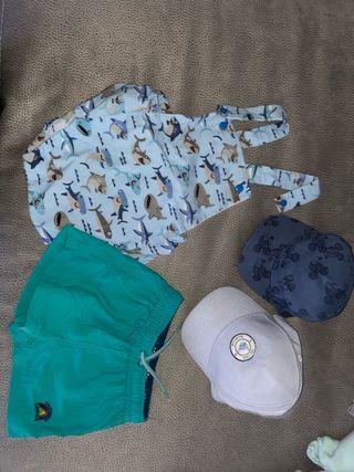 Mono, bañador y gorras