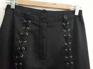 Pantalones negros con cintas por delante