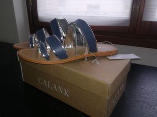 Sandalia plana azul y plata piel.