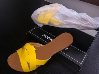 Sandalia plana amarilla