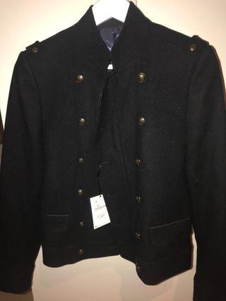 Abrigo corto con botones dorados