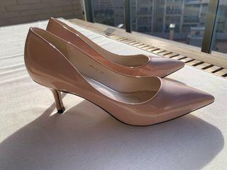 Zapatos salón charol nude
