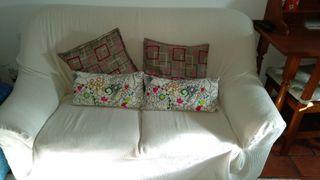 sofá dos plazas con funda blanca