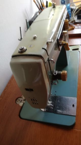 Máquina de coser con motor