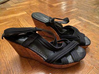 Sandalias negras de cuña marrón