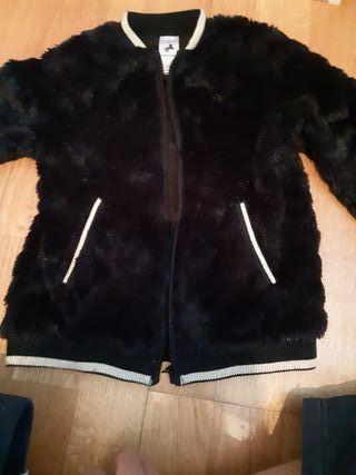 casaco peluche calentito negro con detalles dorado