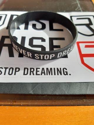 "Pulsera y Stickers de Rise - ""Never Stop Dreaming"""