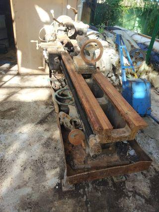 Torno horizontal paralelo de acero antiguo