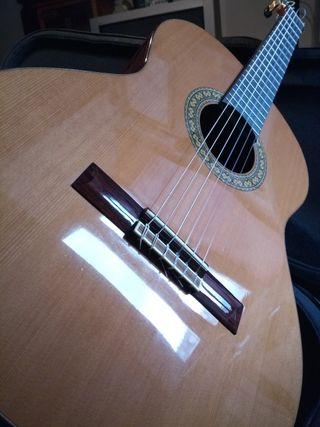 se vende guitarra alhambra 5P.