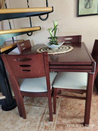 Mesa comedor extensible y cuatro sillas