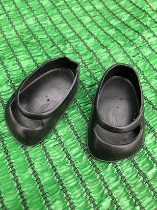 Zapatos negros de la muñeca lesly años 70
