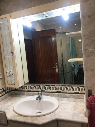 Mueble y espejo de cuarto de baño