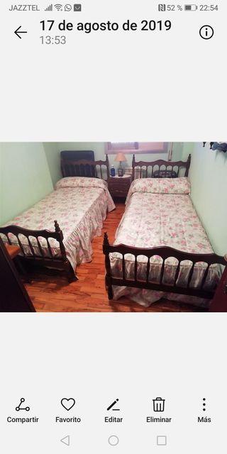 2 camas con sábanas y colchas