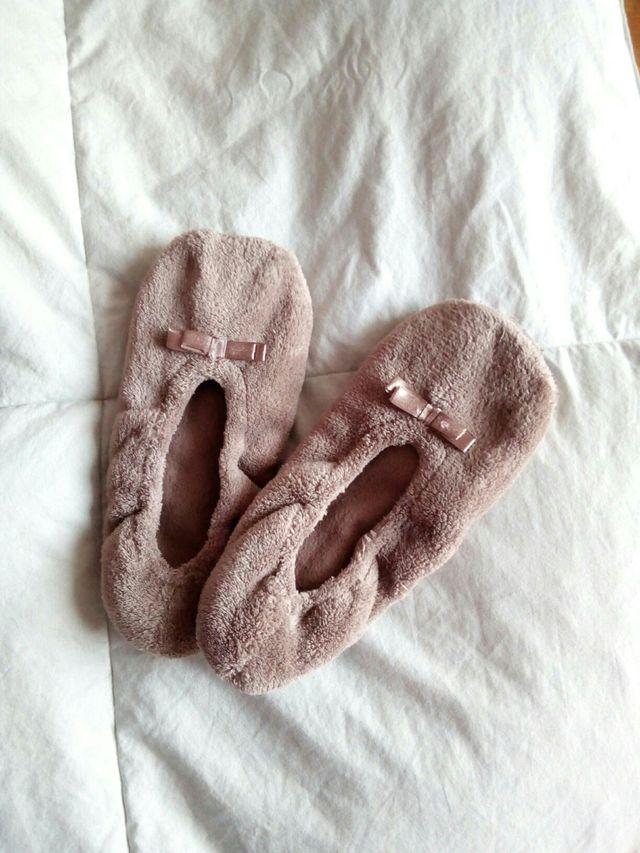 Calcetín tipo zapatilla marrón, de Primark.