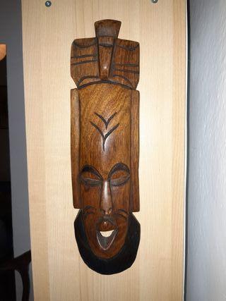 Mascara de madera.39 x 10 cm.