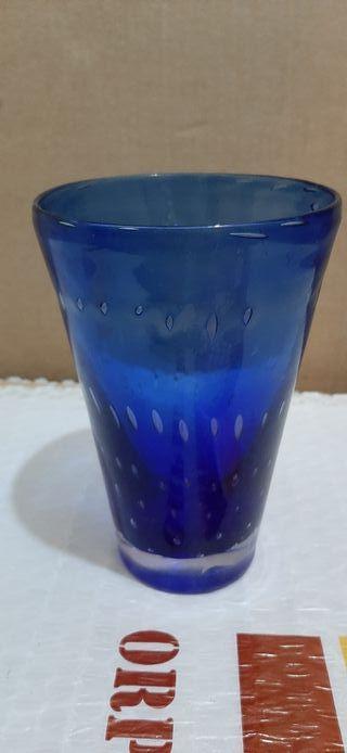 Vaso vidrio azul con burbujas