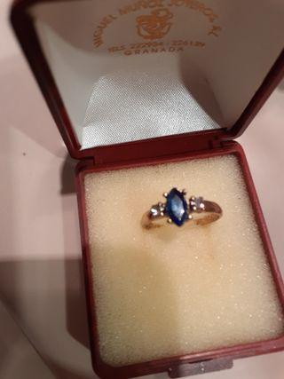 Precioso anillo de circonitas blancas y azul