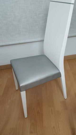 4 sillas blancas y plateadas
