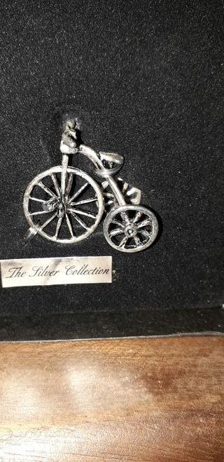 bicicleta en miniatura y plata