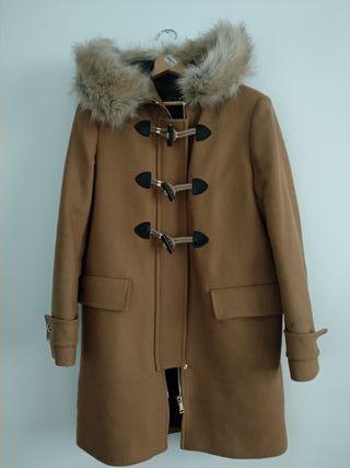 Abrigo parka de paño beige.