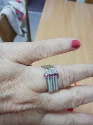 anillo de diseño. Plata y rubies