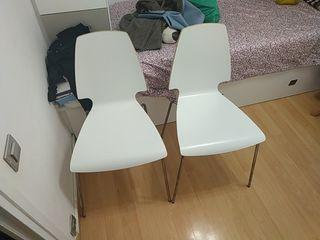 dos sillas madera blanca , pata metálica, moderna.