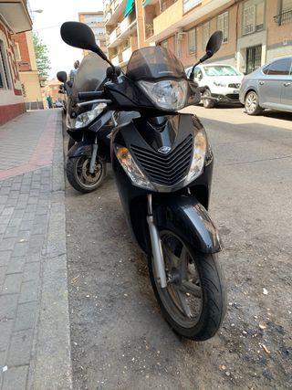 Honda SH 125 negra.