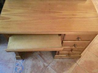 Escritorio de madera en perfecto estado