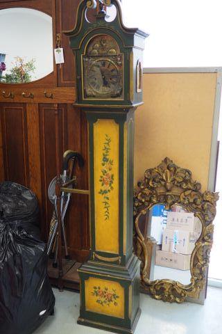 Reloj de pie antiguo de madera y latón