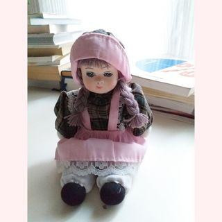 Muñeca de porcelana y trapo/tela.