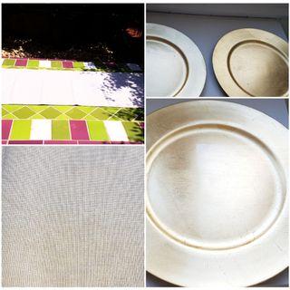 Bajoplatos dorados y camino mesa