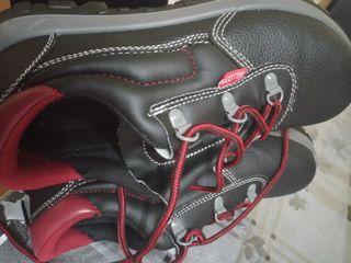 zapatos nuevos de seguridad