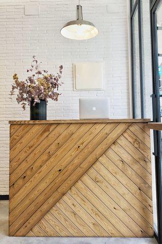 Mueble mostrador-recibidor madera natural