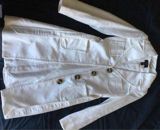 Abrigo blanco, marca Mango